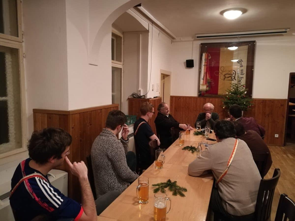 Die Bundesbrüder lauschen Bbr. Arnulf gespannt
